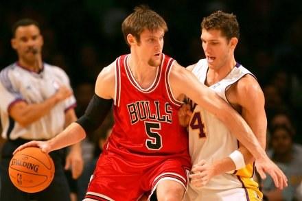 Lakers - Bulls 82:72. Andres Nocioni próbuje minąć Luke'a Waltona /AFP