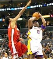 Lakers - Hawks 106:90. Kobe Bryant rzuca nad Joshem Childressem /AFP