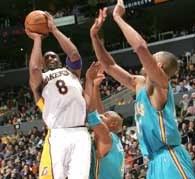 Lakers - Hornets 89:76. Kobe Bryant w ofensywnej akcji /AFP