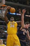 Lakers - Nuggets 107:91. Shaquille O`Neal wygrywa walkę o zbiórkę z Raefem LaFrentzem