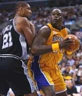 Lakers - Spurs 93:87. Shaquille O'Neal (z prawej) i Tim Duncan