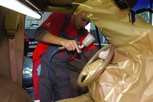 Lakierowanie kierownicy to popularny sposób na zatuszowanie dużego przebiegu względnie młodych aut. /Motor