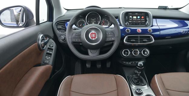 Lakierowany panel podnosi atrakcyjność kokpitu 500X. Obsługa okazuje się zupełnie intuicyjna. Na uwagę zasługują duże, wygodne klamki w drzwiach i aż dwa zamykane schowki przed pasażerem. /Motor
