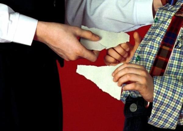 Łamanie się opłatkiem symbolizuje wspólnotę, pojednanie i przebaczenie; fot. Robert Wójcik /Agencja SE/East News