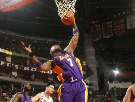 Lamar Odom odniósł kontuzję w meczu z Rockets Fot. Bill Baptist/NBAE/Getty Images /