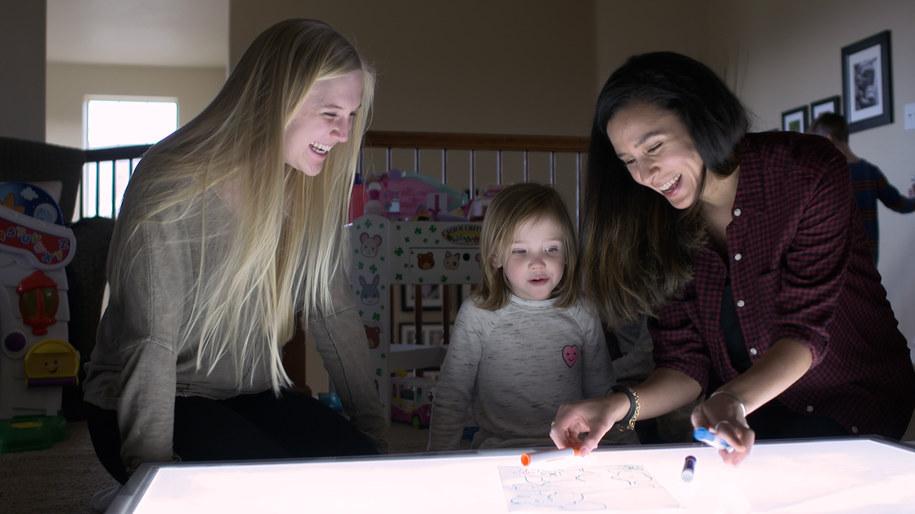 Lameese Akacem (po prawej) i Allie Coy w trakcie eksperymentu z małą Lauren Meier /University of Colorado Boulder /Materiały prasowe