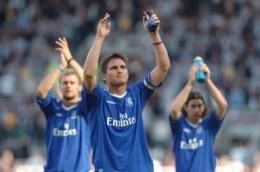 Lampard (na pierwsym planie) nie zamierza opuścić Chelsea /AFP