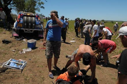 Land rover załogi   Mirco Schultis  - Ulrich Leardi i ofiary wypadku /AFP