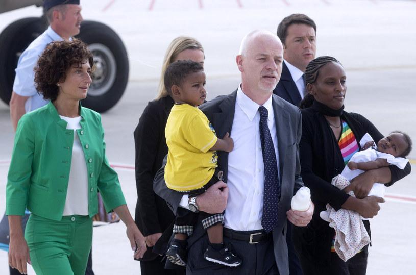 Lapo Pistelli z Sudanką Meriam Ibrahim i jej dziećmi /AFP