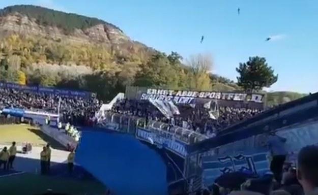 """""""Latające"""" ryby podczas meczu w Jenie; źródło: Twitter /"""