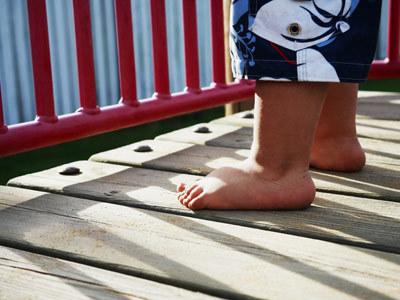 Latem powinno się zachęcać dziecko do chodzenia boso  /© Panthermedia