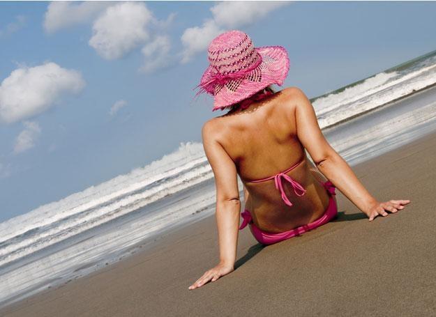 Latem wpływ ostrych, drażniących promieni słonecznych stanowi największe zagrożenie dla włosów /© Panthermedia