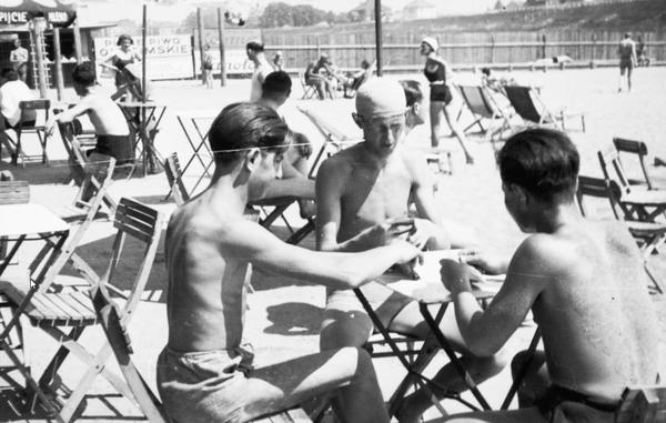 Plażowicze w Krakowie podczas gry w karty przy stoliku (zdjęcie z 1931 roku)