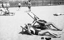 Plażowicze podczas wypoczynku na leżakach. Plaża Towarzystwa Uniwersytetu Robotniczego w Krakowie (zdjęcie z 1931 roku)
