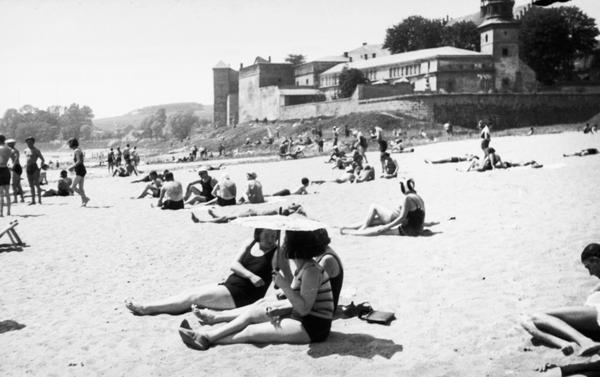 Plaża Towarzystwa Uniwersytetu Robotniczego w Krakowie. W tle Klasztor Sióstr Norbertanek (zdjęcie z 1931 roku)