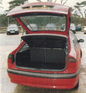 Łatwy dostęp do bagażnika o pojemności 452 dm3. (kliknij, żeby powiększyć) /Motor