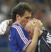"""Laurent Blanc całujący """"łysinę"""" Fabiena Bartheza na mundialu w 1998 roku"""