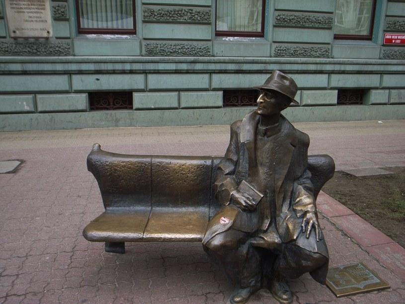Ławeczka Tuwima przy ul. Piotrkowskiej w Łodzi /Cezary Pecold /Agencja SE/East News