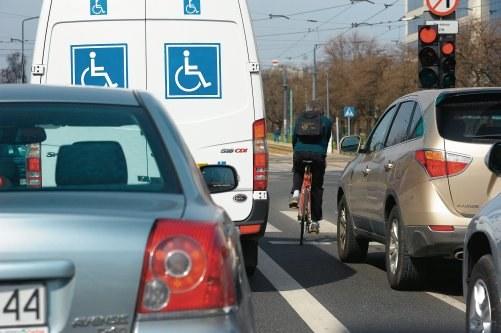 LAWIROWANIE MIĘDZY AUTAMI często doprowadza do kolizji. /Motor