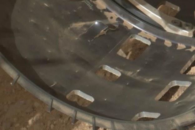 """Łazik Curiosity """"złapał gumę"""" /NASA"""