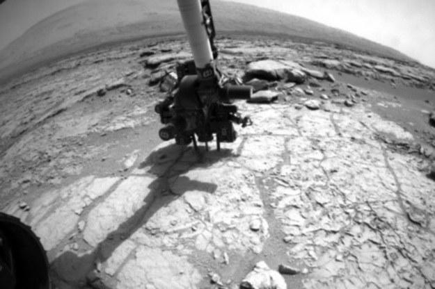 Łazik wierci w skale /NASA