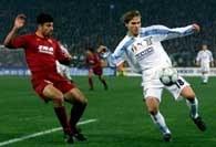Lazio - Roma 0:1. Samuel (z lewej) walczy o piłkę z Nedvedem