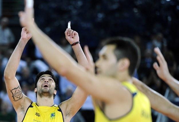 Leandro Visotto, siatkarz reprezentacji Brazylii (z lewej) /AFP