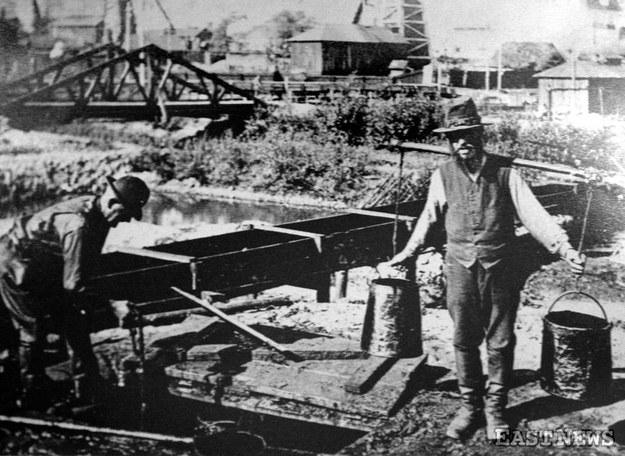 """""""Lebacy"""" - zbieracze ropy naftowej z łapaczek i rozlewisk na kopalniach w Boryslawiu /Marek Zajdler /East News"""