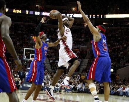 "LeBron James i defensywa ""Tłoków"" /AFP"
