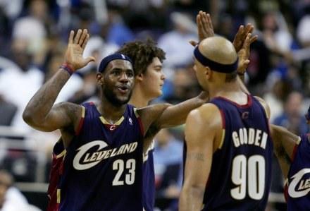 LeBron James i Drew Gooden świętują awans do II rundy /AFP