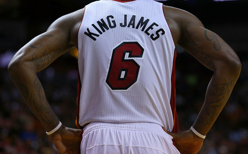 "LeBron James po raz kolejny pokazał, że jest ""królem"" NBA /AFP"