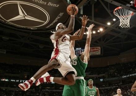 LeBron James wrócił na parkiety NBA /AFP