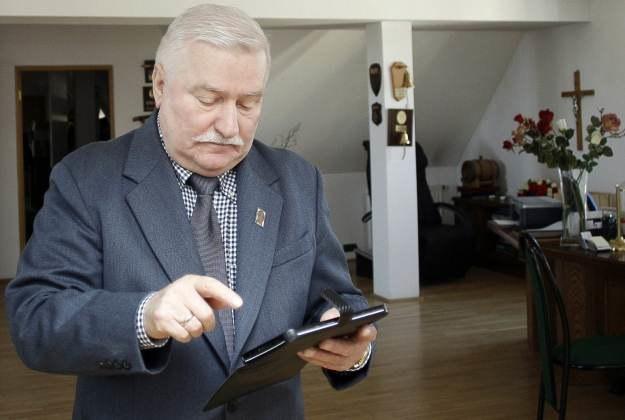 """Lech Wałęsa i jego tablet. """"Żonę zamieniłem na internet"""" - żartuje były prezydent /AFP"""