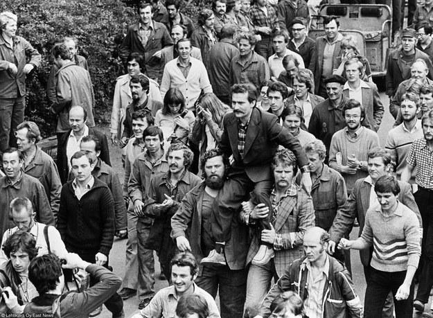 Lech Wałęsa niesiony przez strajkujacych stoczniowców. Sierpień, 1980 r. /East News