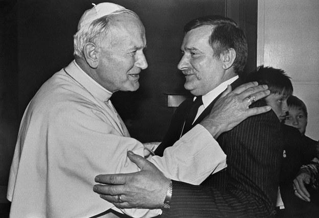 Lech Wałęsa podczas spotkania z Janem Pawłem II w 1987 roku /Arturo Mari /AFP