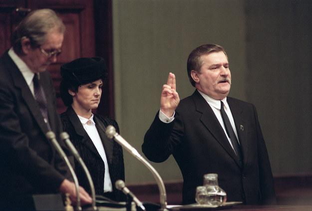 Lech Wałęsa składa Narodowego przysięgę prezydencką. Obok jego żona Danuta /Janek Skarżyński /AFP