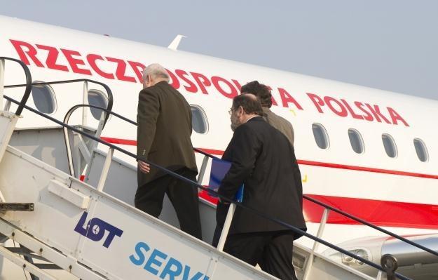 Lech Wałęsa wsiada do rządowego samolotu na warszawskim lotnisku Okęcie / fot. W. Pacewicz /PAP