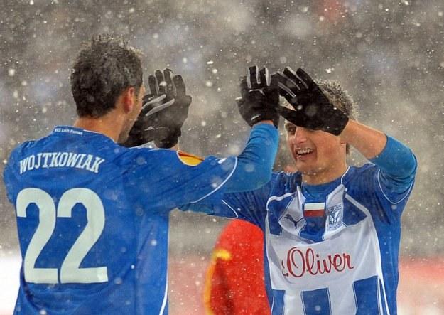 Lecha znowu czeka mecz w trudnych warunkach. Na zdjęciu: Grzegorz Wojtkowiak i Sławomir Peszko. /AFP