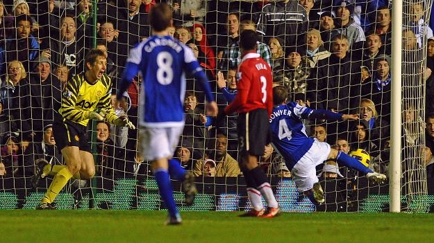 Lee Bowyer strzela wyrównujacą bramkę dla Birmingham City w meczu z Manchesterem United /AFP