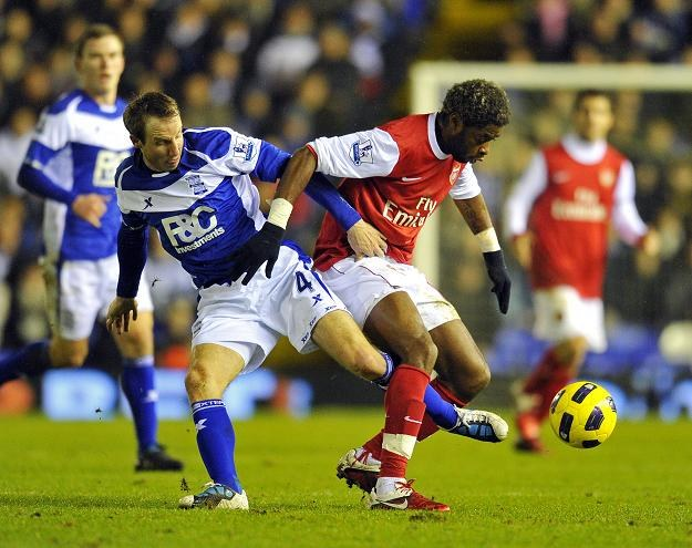 Lee Bowyer w walce z Alexendre'em Songiem z Arsenalu /AFP