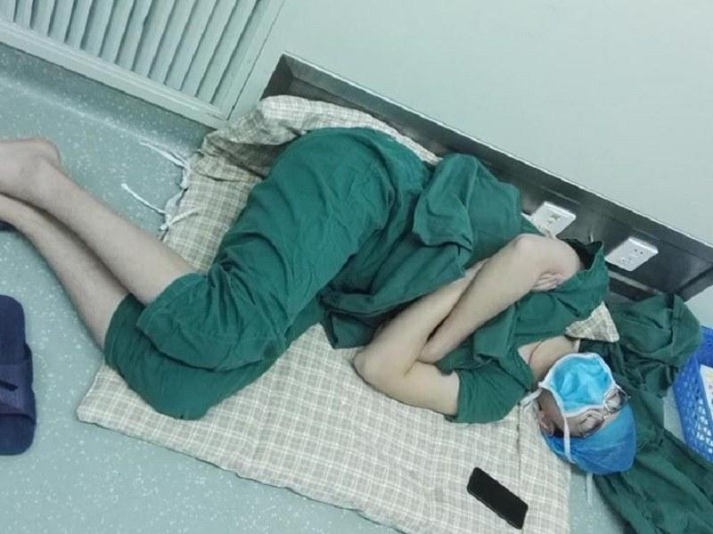 Lekarz dosłownie padł ze zmęczenia /Weibo /Internet