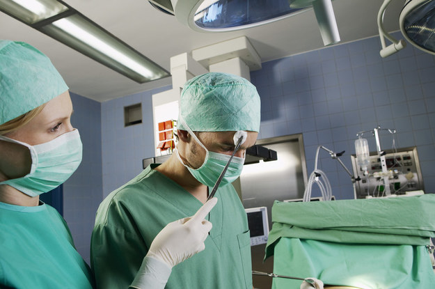 Lekarz specjalista powinien zarabiać trzy średnie krajowe /© Glowimages