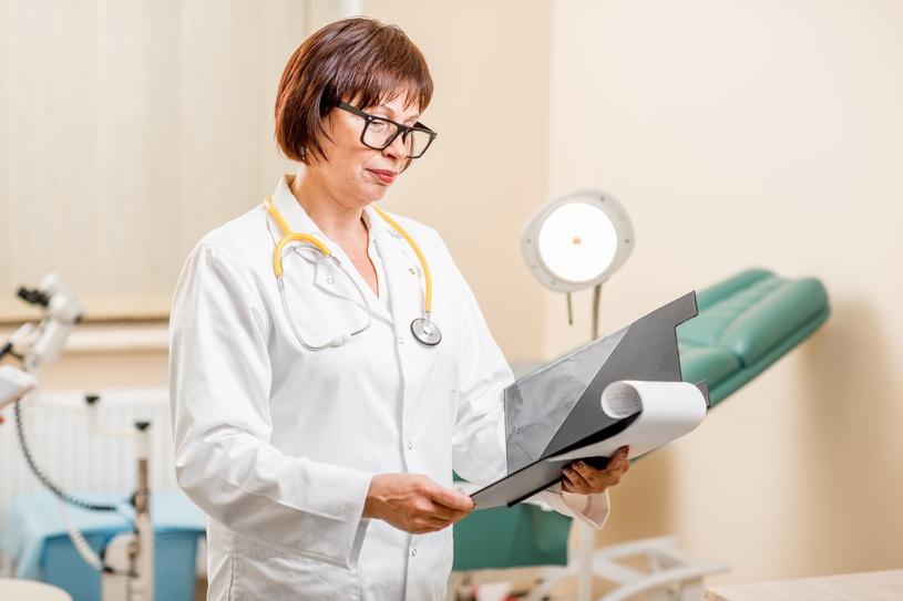 Lekarz sprawdzi twoje wyniki, i jeśli będą bez zarzutu, będziesz mogłą robić cytologię rzadziej /123RF/PICSEL