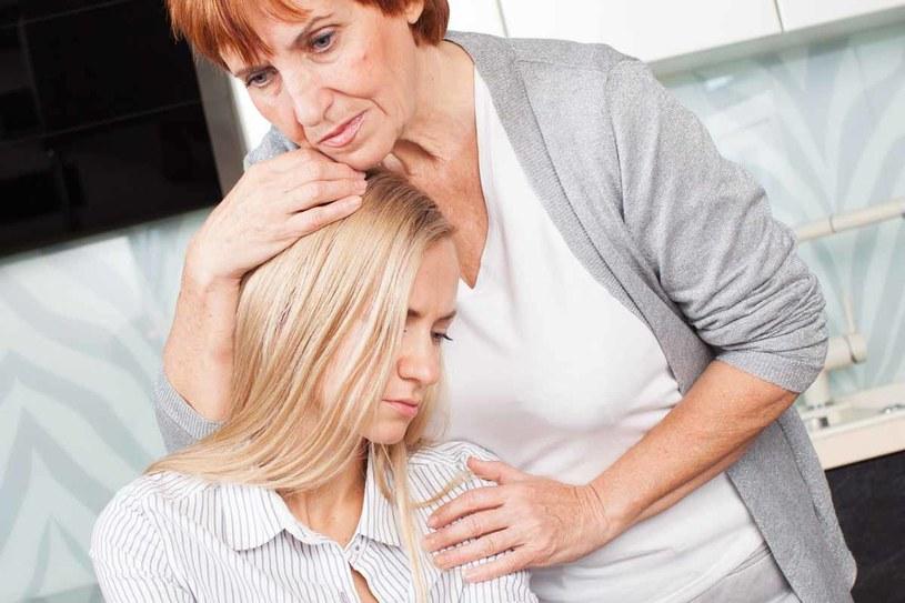Leki przeciwlękowe, antydepresanty, to biorą tylko wariaci - mówi kobieta, dla której najważniejsza jest kontrola. Choroby psychiczne są przecież dziedziczne, a w ich domu każdy był zdrowy i silny /©123RF/PICSEL