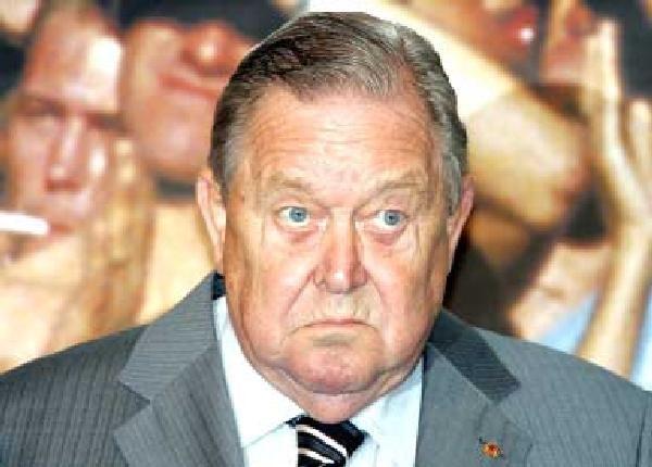 Lennart Johansson rządzi UEFA żelazną reką /AFP