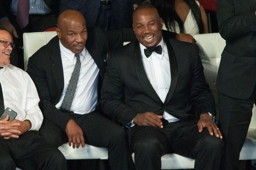 Lennox Lewis (z prawej), obok Mike Tyson /AFP