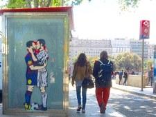 Leo Messi i Cristiano Ronaldo w miłosnym uścisku na ulicach Barcelony