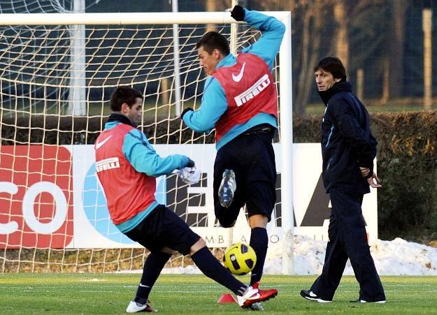 Leonardo (pierwszy z prawej) przygląda się trenującym piłkarzom Interu /AFP