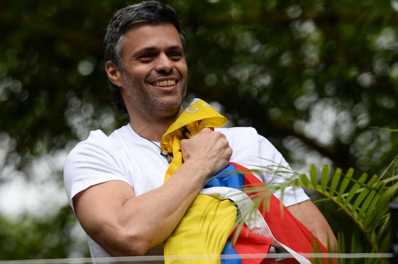 Leopoldo Lopez z flagą Wenezueli /AFP