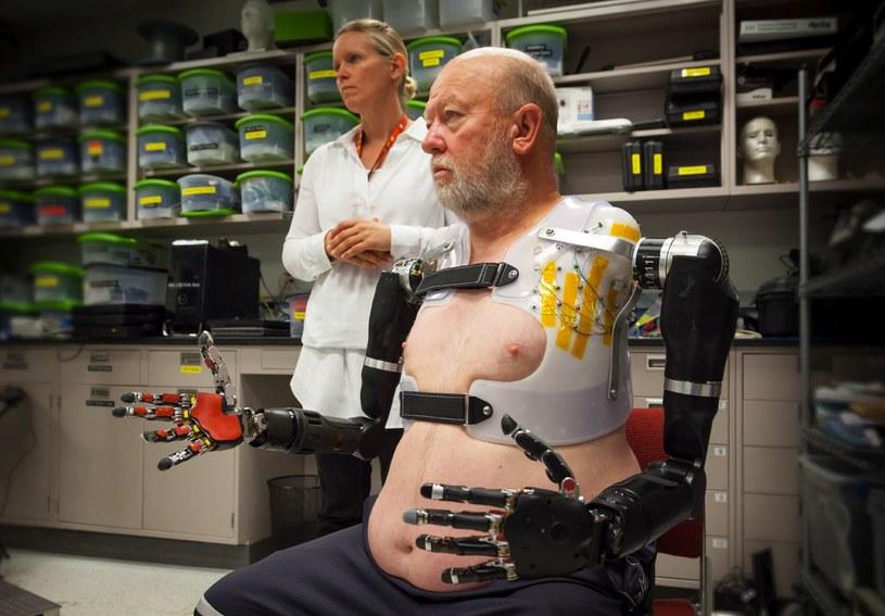 Les Baugh jest pierwszym człowiekiem, który może kontrolować za pomocą myśli dwie protezy /materiały prasowe